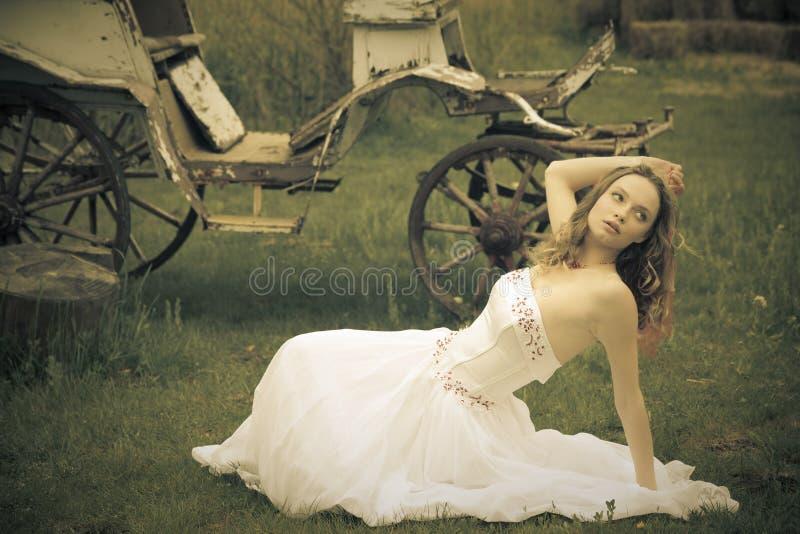 Schöne Braut und ein alter Wagen lizenzfreies stockbild