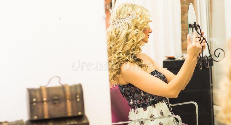 Schöne Brauthochzeit mit Make-up und Frisur lizenzfreie stockbilder