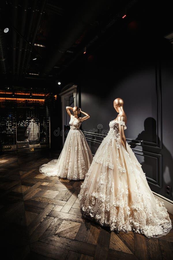 Schöne Brautkleider auf einem Mannequin lizenzfreie stockfotografie