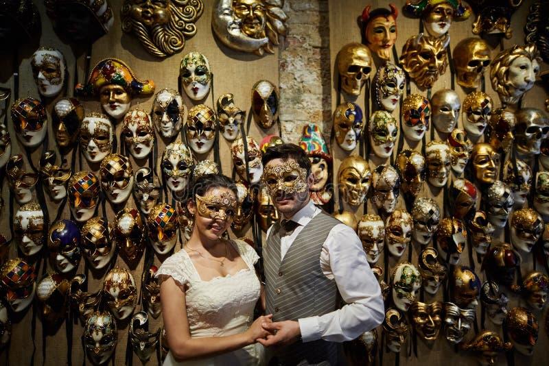 Schöne Brautpaare in den carnaval Masken in Venedig lizenzfreies stockbild