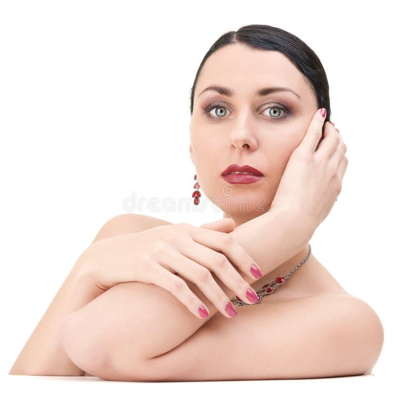 Schöne Brunette-Frau, die Kamera betrachtet lizenzfreies stockfoto