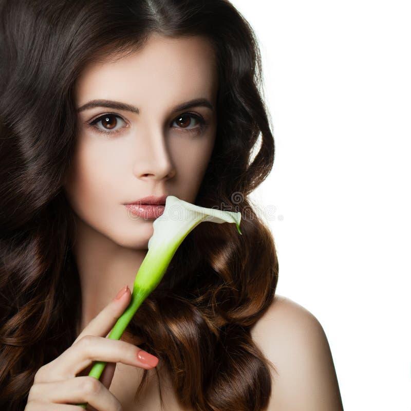 Schöne Brunette-Frau mit gesunden Haut und dem Haar stockfotos