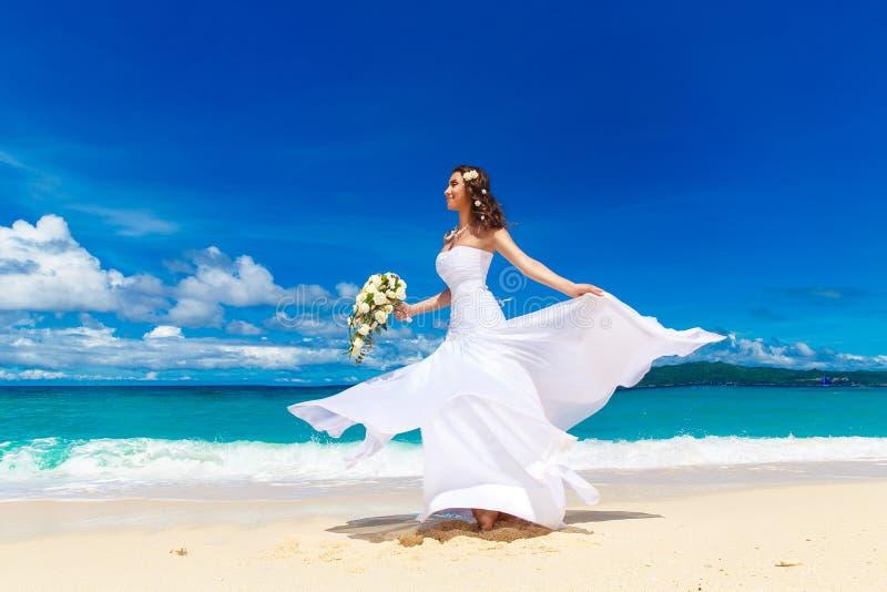 Schöne Brunettebraut im weißen Hochzeitskleid mit großem langem wh lizenzfreie stockfotos