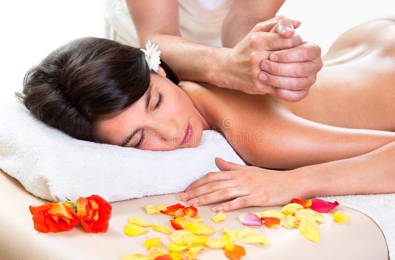 Schöne Brunettefrau, die eine rückseitige Massage erhält lizenzfreie stockfotos
