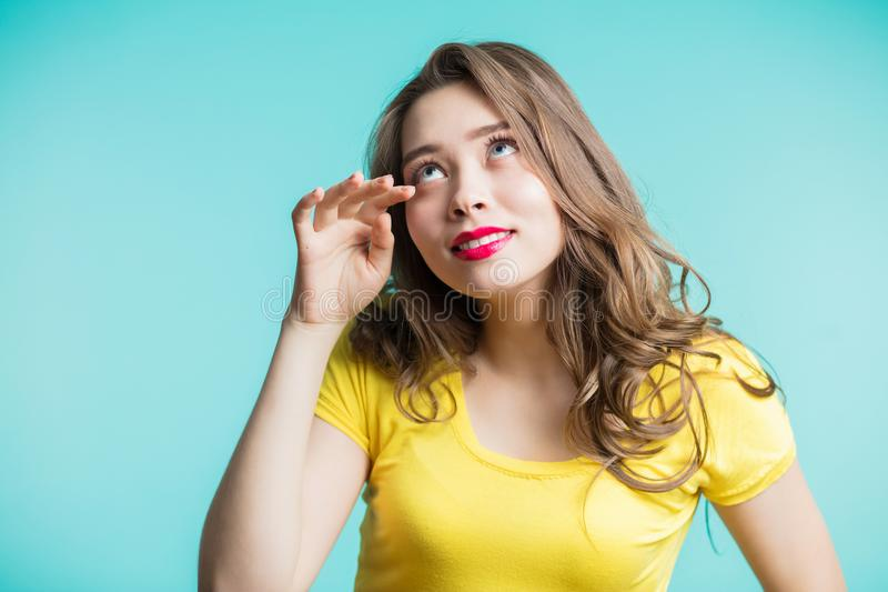 Schöne Brunettefrau, die zu den Rissen lacht Positive Gefühle, ausdrucksvolle Gesichtsfunktionen, Freude lizenzfreie stockbilder