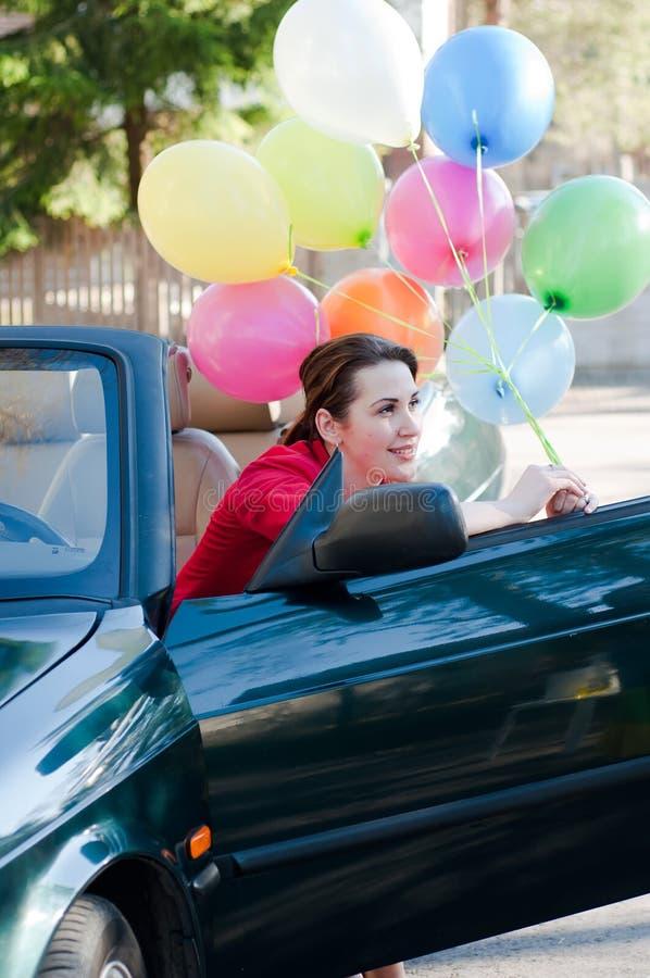 Schöne Brunettefrau im Auto lizenzfreies stockfoto