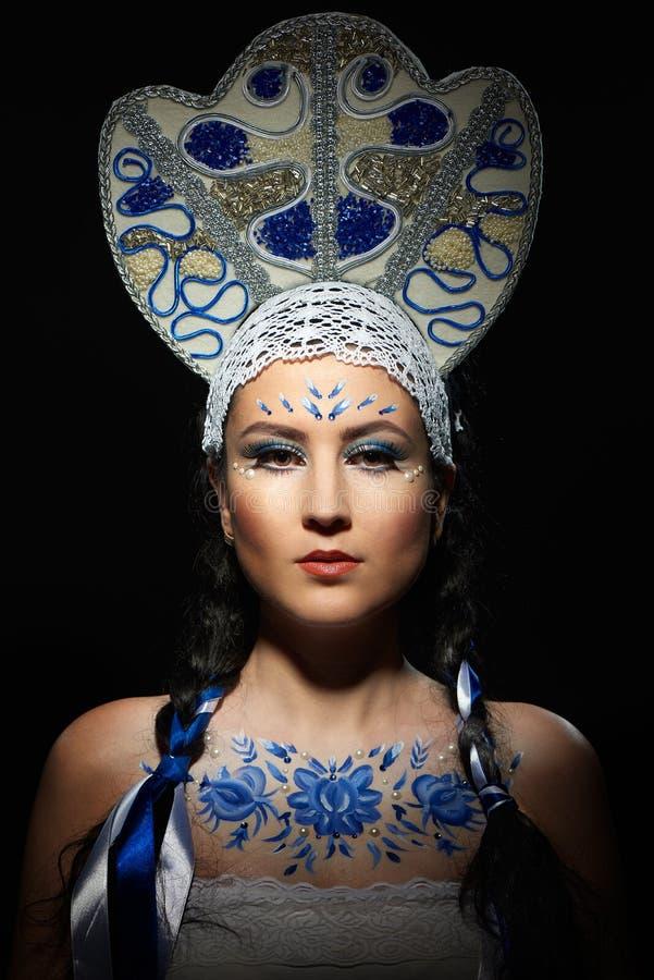Schöne Brunettefrau im nationalen Kostüm stockbilder
