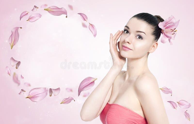 Schöne Brunettefrau - Körper- und Hautpflegekonzept stockbild
