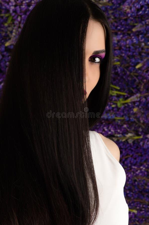 Schöne Brunettefrau mit dem geraden Haar stockfoto