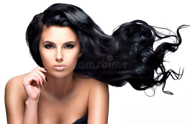 Schöne Brunettefrau mit dem langen schwarzen Haar stockbild
