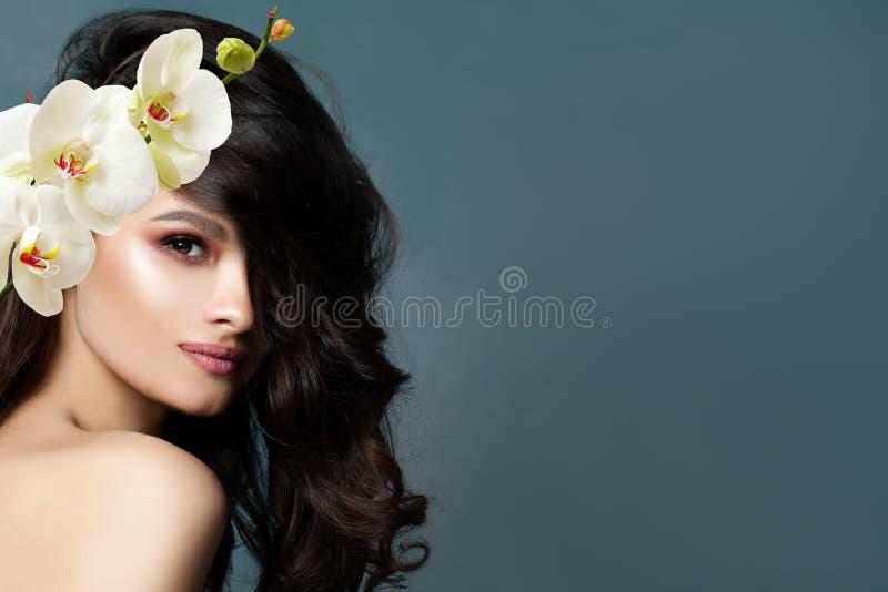 Schöne Brunettefrau mit gesunder Haut lizenzfreies stockfoto