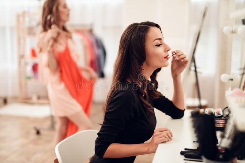 Schöne Brunettefrau mit rotem Lippenstift auf Lippen Nahaufnahmemädchen mit schönem Make-up stockfotografie