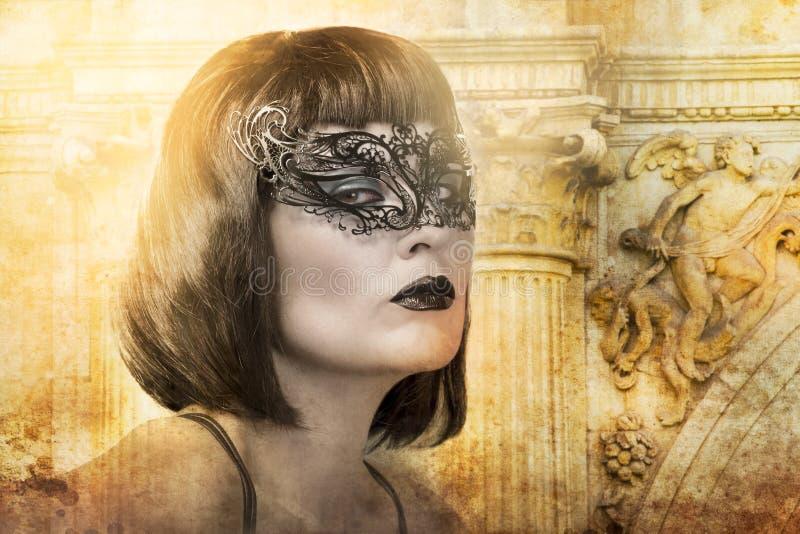 Schöne Brunettefrau mit venetianischer Schablone stockfotos