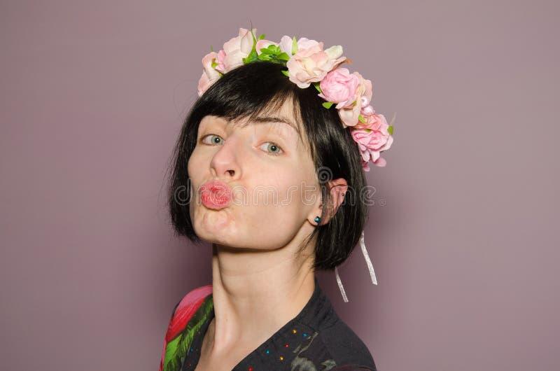 Schöne Brunettefrau senden einen Kuss lizenzfreies stockfoto