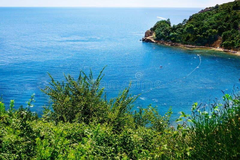 Schöne Bucht der adriatischen Küste nahe Budva aerial stockfotografie