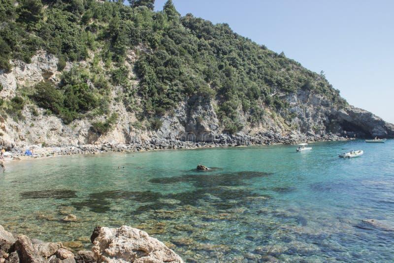 Schöne Bucht des blauen und grünen Wassers, Italien stockbild