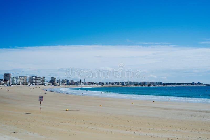 schöne Bucht mit einem erstaunlichen blauen weißen und netten MeerStadtbild mit gelbem Sand stockbilder