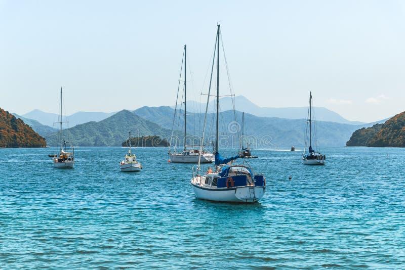 Schöne Bucht mit Yachten und Booten lizenzfreie stockfotos