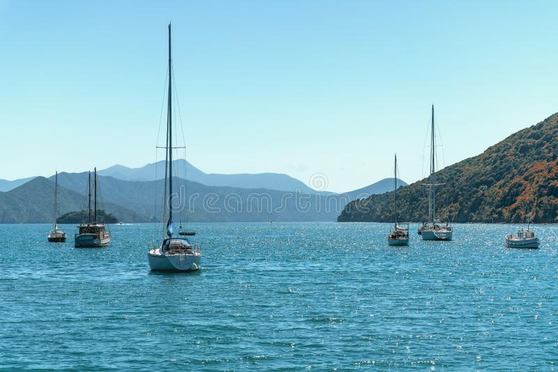 Schöne Bucht mit Yachten und Booten lizenzfreie stockbilder