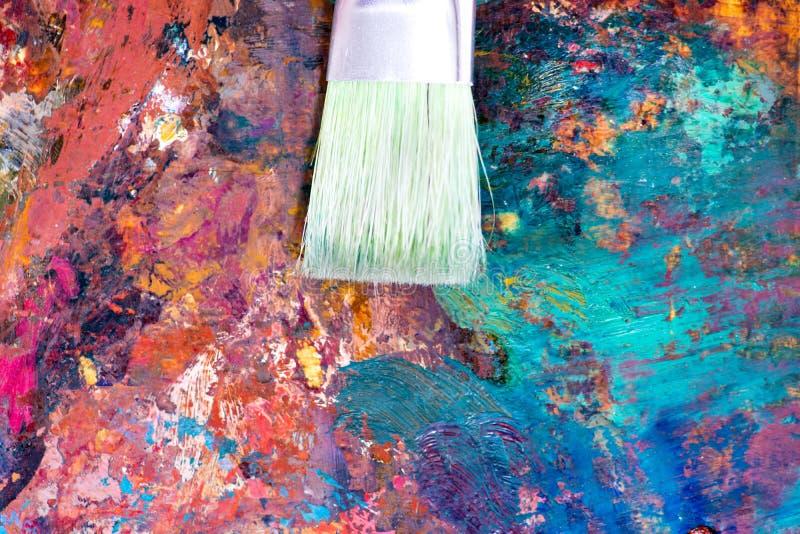 Schöne bunte abstrakte Malerei der Nahaufnahme auf Palette mit Acryl- und Bürstenanschlägen lizenzfreies stockbild