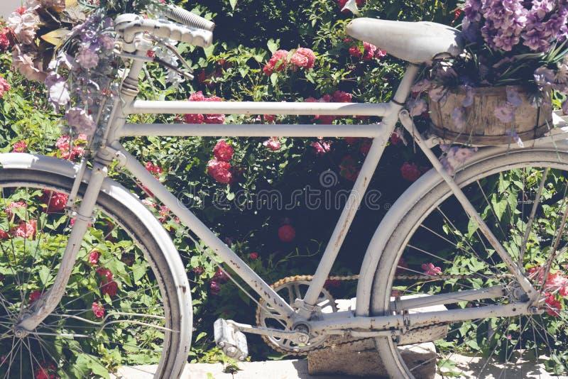 Schöne bunte Blumen auf weißem Fahrradkonzept der Hochzeit und des Valentinsgrußes lizenzfreie stockfotos
