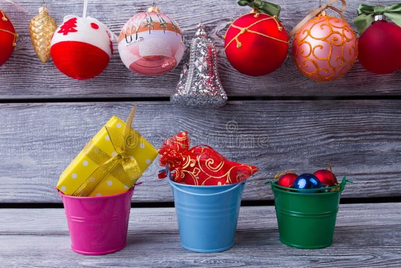 Schöne bunte Eimer mit Weihnachtsgeschenken lizenzfreie stockfotografie