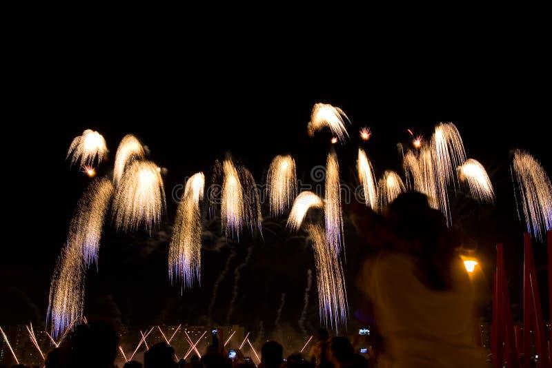 Schöne bunte Feuerwerke in der Nachtstadt stockfoto