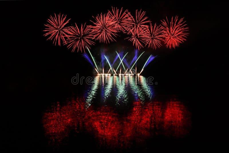 Schöne bunte Feuerwerke mit Reflexionen im Wasser Brno-Verdammung, die Stadt von Brno-Europa Internationale Feuerwerk-Konkurrenz lizenzfreie stockbilder