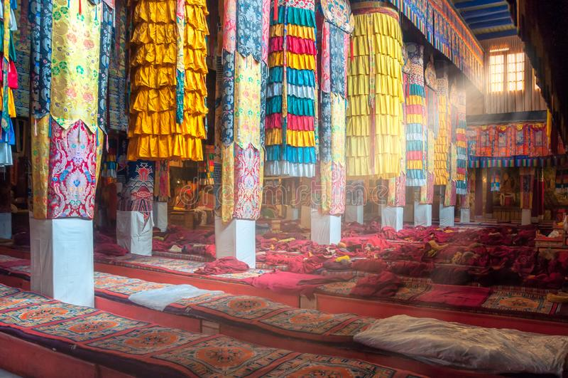 Schöne bunte Innenausstattung des tibetanischen buddhistischen Tempels, Tibet stockfoto
