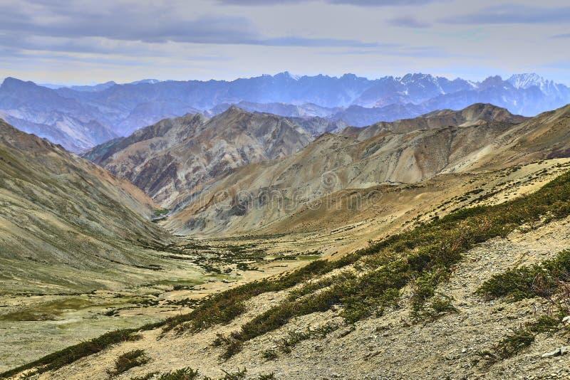Schöne bunte Landschaft genommen von einem Gandala-Durchlauf in Himalaja-Bergen in Ladakh, Indien stockbilder