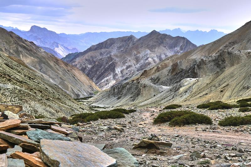 Schöne bunte Landschaft genommen von einem Gandala-Durchlauf in Himalaja-Bergen in Ladakh, Indien stockbild