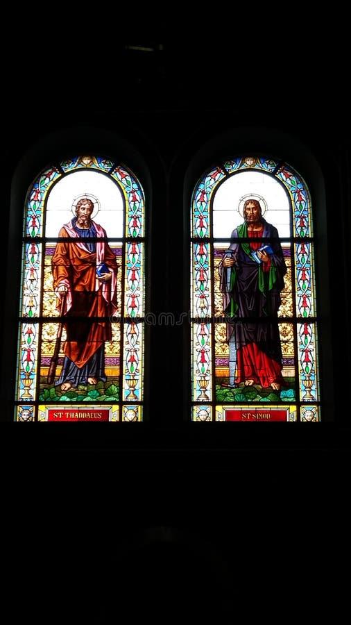 Schöne Buntglas-Kunst in Prag-Kirche stockbild