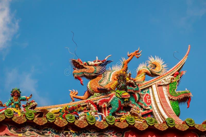 Schöne chinesische Dracheskulptur auf dem Dach bei Lungshan Templ lizenzfreie stockbilder