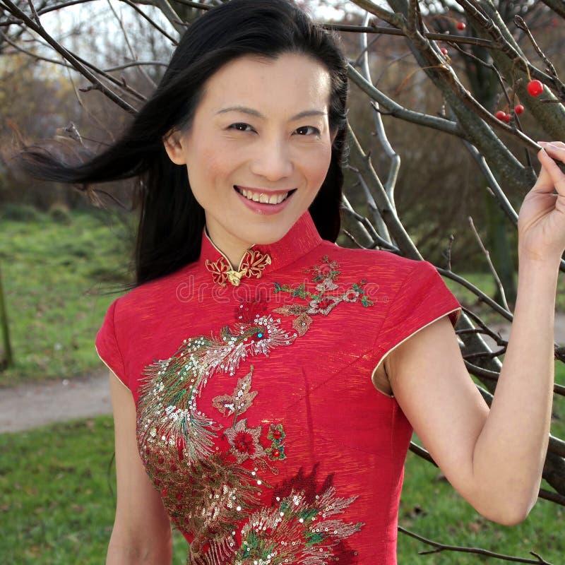 Schöne chinesische Frau stockbild. Bild von entspannung