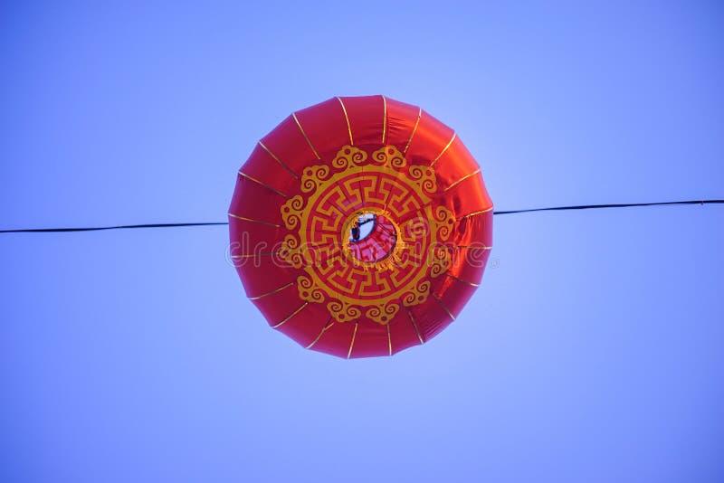 Schöne chinesische Laternen des neuen Jahres rote Farbwährend der blauen Stunde stockfotografie