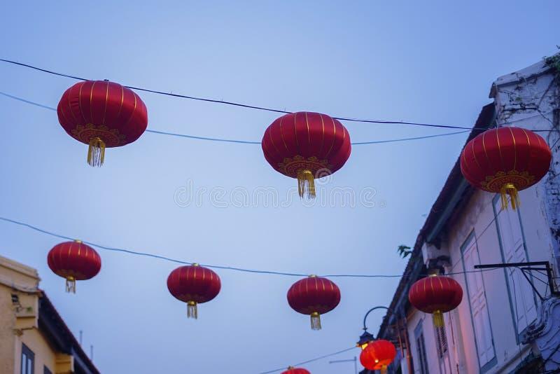 Schöne chinesische Laternen des neuen Jahres rote Farbwährend der blauen Stunde stockfoto