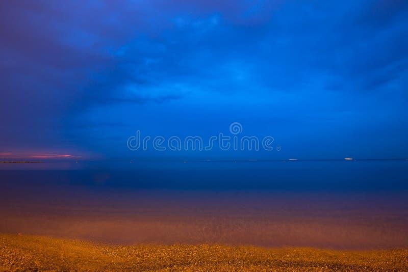 Schöne Dämmerung auf Strand stockbilder