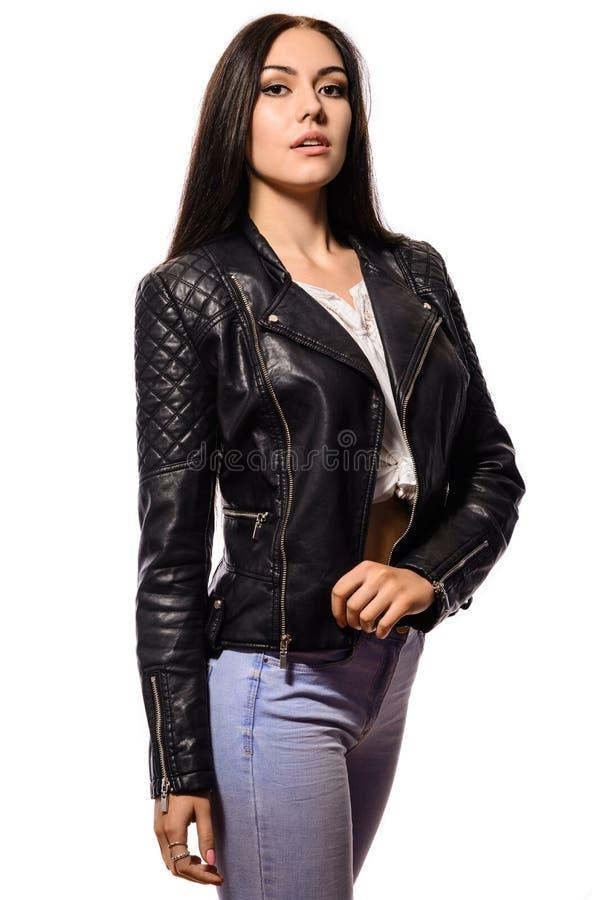 Schöne dünne junge Frau mit dem langen schwarzen Haar lizenzfreie stockbilder