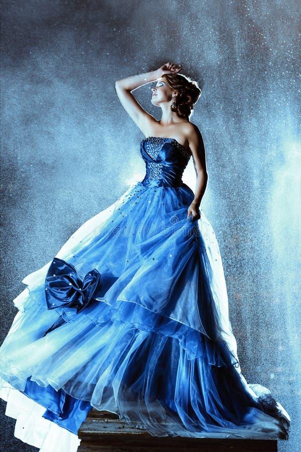 Schöne Dame im blauen Kleid lizenzfreie stockfotos