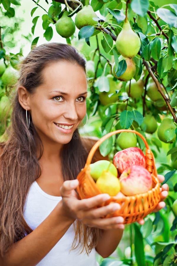 Schöne Dame mit Äpfeln und Birnen lizenzfreie stockfotografie