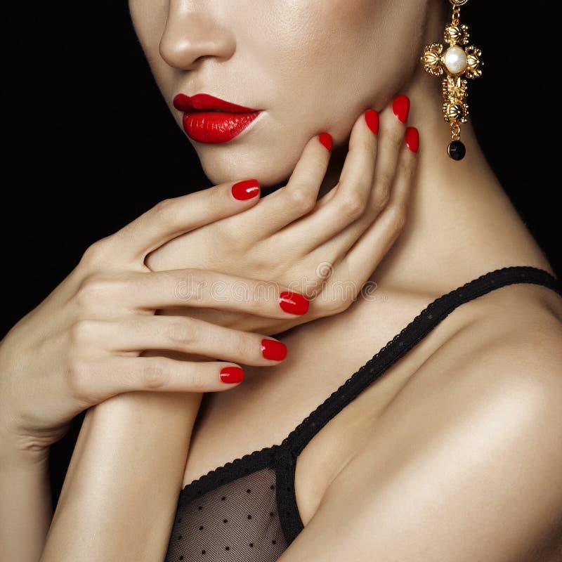 Schöne Dame mit den roten Lippen und den Nägeln stockbild