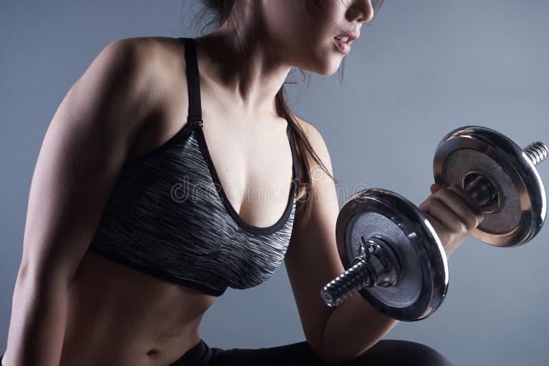 Schöne Dame tragen Dummkopf für Gewichtstraining lizenzfreie stockbilder