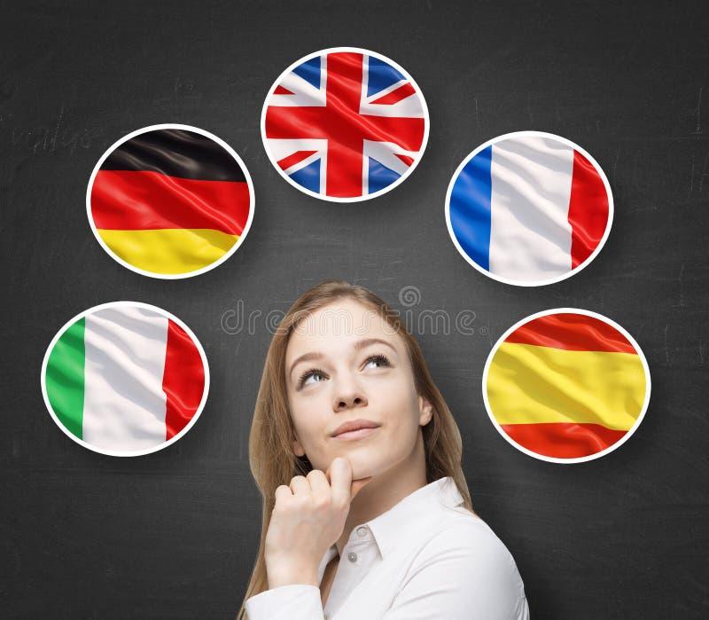 Schöne Dame wird durch Blasen mit den Flaggen der europäischen Länder umgeben (italienisch, deutsch, Großbritannien, die Franzose stockbild