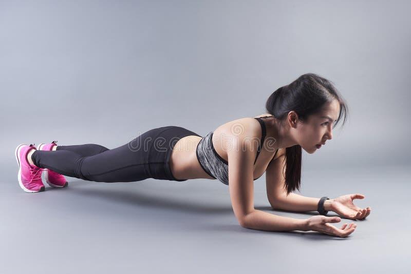 Schöne Dameneignung Planke auf dem Boden mit grauem Hintergrund lizenzfreies stockfoto