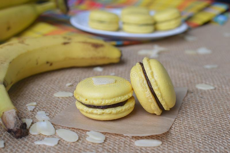 Schöne Dekoration, gelbe Plätzchen und Bananen stockbilder