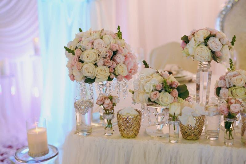 Schöne Dekoration von Blumen an der Hochzeit lizenzfreie stockbilder