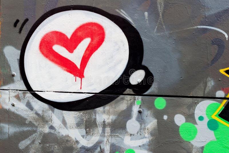 Schöne Designgraffiti mit Herzen auf der Wand in der Valentinsgruß ` s Feiertagsart, Detail Städtisches zeitgenössisches ikonenha stockbild
