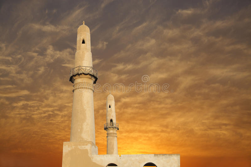 Schöne Doppelminaretts am Sonnenuntergang, khamis Moschee lizenzfreies stockbild
