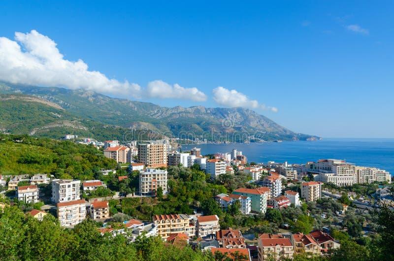 Schöne Draufsicht des beliebten Erholungsorts von Becici auf Küste von adriatischem Meer, Montenegro stockfotografie