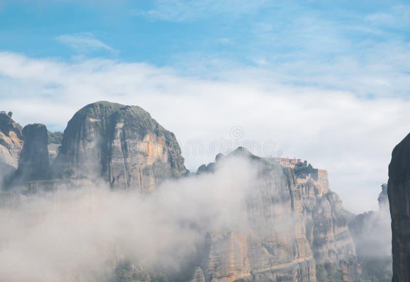 Schöne dunkle Felsen eingehüllt durch Wolken und heiliges Kloster von VA stockfoto